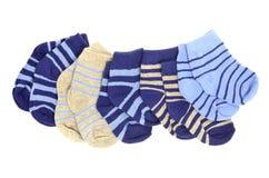 Pequeños calcetines lindos del bebé aislados en blanco Foto de archivo