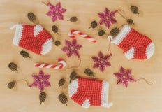 Pequeños calcetines rojos para la Navidad foto de archivo