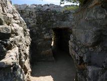 Pequeños callejones en el sitio maya arqueológico Tulum Imágenes de archivo libres de regalías
