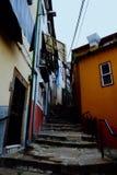 pequeños callejones típicos de la calle con las escaleras y los edificios coloridos de la ciudad fotos de archivo
