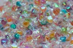 Pequeños caramelos coloridos con el fondo de la textura de las envolturas Imágenes de archivo libres de regalías