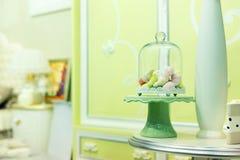 Pequeños caramelos en interior del sitio foto de archivo libre de regalías