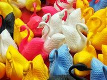 Pequeños cisnes que flotan en la Luna Park Fotos de archivo libres de regalías