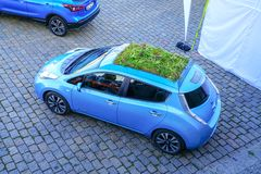 Pequeños coche de Nissan de la emisión del azul cero con el tejado verde y pequeño tan Fotos de archivo