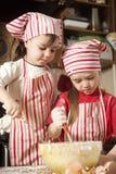 Pequeños cocineros en la cocina Fotos de archivo