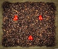 Pequeños corazones en los granos de café Fotografía de archivo