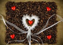 Pequeños corazones en los granos de café Foto de archivo libre de regalías