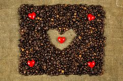 Pequeños corazones en los granos de café Fotos de archivo libres de regalías