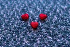 Pequeños corazones en superficies hechas punto Fotos de archivo libres de regalías