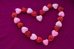 Pequeños corazones en superficies hechas punto Foto de archivo