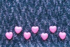 Pequeños corazones en superficies hechas punto Endecha plana Imágenes de archivo libres de regalías