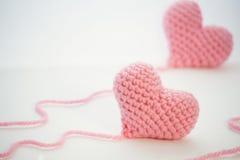 Pequeños corazones rosados adorables en un fondo blanco Imagen de archivo