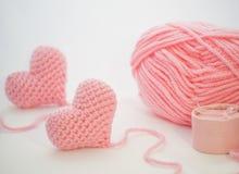 Pequeños corazones rosados adorables y una caja de regalo en un fondo blanco Fotos de archivo
