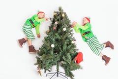 Pequeños duendes que vuelan que adornan el árbol de navidad Ayudantes del ` s de Papá Noel Fotografía de archivo