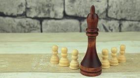 Pequeños empeños del ajedrez y rey grande almacen de video