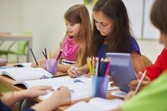Pequeños estudiantes en la sala de clase Imagen de archivo