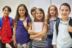 Pequeños estudiantes en la sala de clase Fotos de archivo