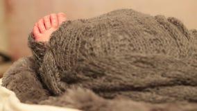 Pequeños fingeres y dedos del pie de un bebé almacen de metraje de vídeo
