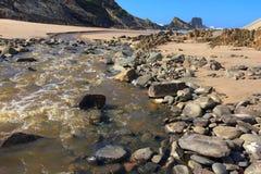 Pequeños flujos del río en el océano fotos de archivo libres de regalías