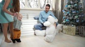 Pequeños funcionamientos del niño que abrazan un oso de peluche metrajes