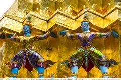 Pequeños gigantes gemelos en el templo Imágenes de archivo libres de regalías