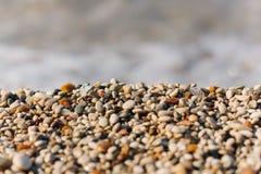 Pequeños guijarros coloridos de la playa Fotos de archivo