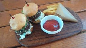 Pequeños hamburguesas, patatas y Kechup Fotografía de archivo libre de regalías