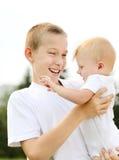 Pequeños hermanos felices al aire libre Imagen de archivo libre de regalías