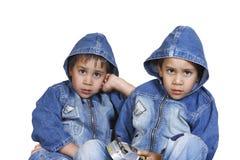 Pequeños hermanos gemelos imagenes de archivo
