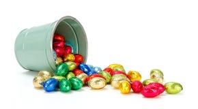 Huevos de chocolate que fluyen del cubo Fotografía de archivo libre de regalías