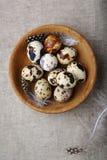 Pequeños huevos de codornices en un cuenco imagen de archivo