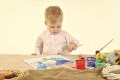 Pequeños huevos de la pintura del muchacho Fotografía de archivo libre de regalías