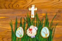 Pequeños huevos de las ovejas y de Pascua en hierba verde Foto de archivo libre de regalías