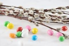 Pequeños huevos de Pascua multicolores Fotos de archivo