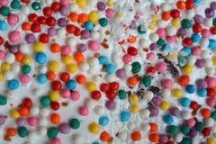 Pequeños huevos de Pascua multicolores en el kulich, festivamente adornado con los huevos pintados coloridos pintura, fondo Imagenes de archivo