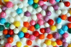 Pequeños huevos de Pascua multicolores en el kulich, festivamente adornado con los huevos pintados coloridos pintura, fondo Foto de archivo libre de regalías