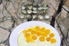 Pequeños huevos fritos hechos de los huevos de codornices Imagen de archivo libre de regalías