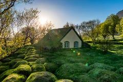 Pequeños iglesia y cementerio de madera Hofskirkja Hof, Skaftafell Imagen de archivo libre de regalías