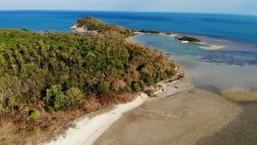 Pequeños isla y arrecife de coral en el océano Opinión del abejón de la isla deshabitada verde y del arrecife de coral que sorpre metrajes