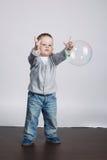 Pequeños juegos divertidos del muchacho con las burbujas Fotografía de archivo