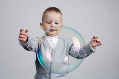 Pequeños juegos divertidos del muchacho con las burbujas Foto de archivo libre de regalías