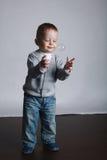 Pequeños juegos divertidos del muchacho con las burbujas Imágenes de archivo libres de regalías