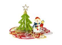 Pequeños juguete y muñeco de nieve verdes del árbol de navidad con la pajarera aislada Fotografía de archivo libre de regalías