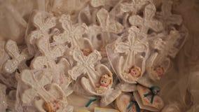 Pequeños juguetes de ángeles en la cesta Decoración de las estatuillas del ángel de la Navidad Juguetes y figurillas de los niños metrajes