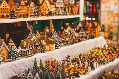 Pequeños juguetes del árbol, carrusel y otras esculturas El alcohol de la Noche Vieja foto de archivo