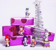 Pequeños juguetes elegantes dulces de los muñecos de nieve con púrpura Fotos de archivo libres de regalías