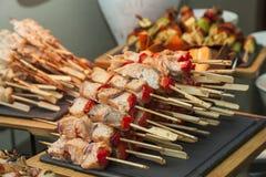 pequeños kebabs con pimientas y pescados de color salmón Imagen de archivo libre de regalías