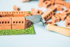 Pequeños ladrillos reales de la arcilla en la tabla Temprano aprendiendo developing fotografía de archivo libre de regalías