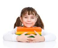 Pequeños libros felices del abarcamiento de la muchacha Aislado en el fondo blanco Foto de archivo libre de regalías