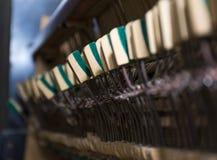 Pequeños mecánicos de los martillos dentro del piano viejo con Imágenes de archivo libres de regalías